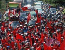 Mahasiswa dan Buruh Turun ke Jalan Serukan Omnibus Law Dibatalkan