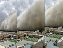Badai Pasir Setinggi 100 Meter Selimuti Kota Dunhuan di Barat Laut China