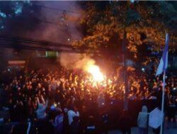 Ratusan Bobotoh Protes Penuhi di Graha Persib di Bandung